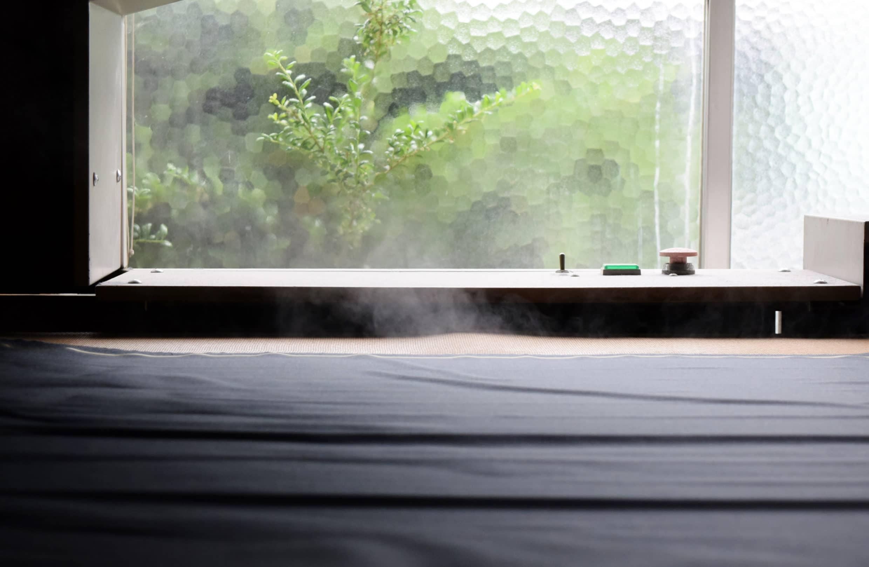 準備被裁剪的布料會先送至蒸汽機熨燙拉平,冷卻後再送到裁剪師傅手上。Ring Jacket Kaizuka Factory