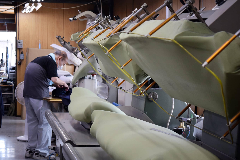 一件西裝外套在這裡至少會經過10次的機器整燙,數十次的人工熨燙