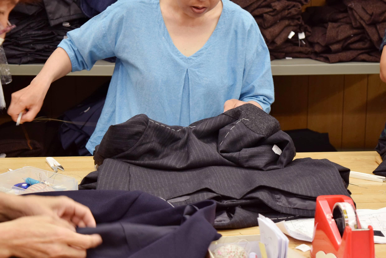 袖衩、肩線、口袋疏縫也全都是人工手縫