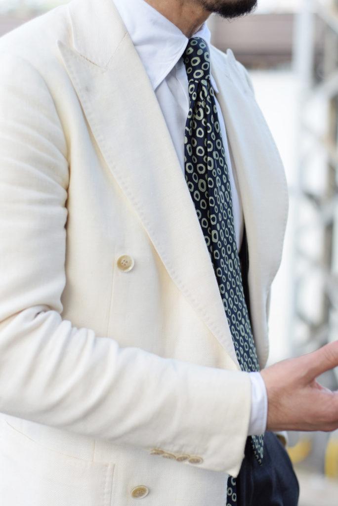 笹本先生最喜歡的西裝款式是大劍領雙排釦外套,當天他所示範的色彩搭配,是Ring Jacket最近很主推的概念「Mono-tone」。