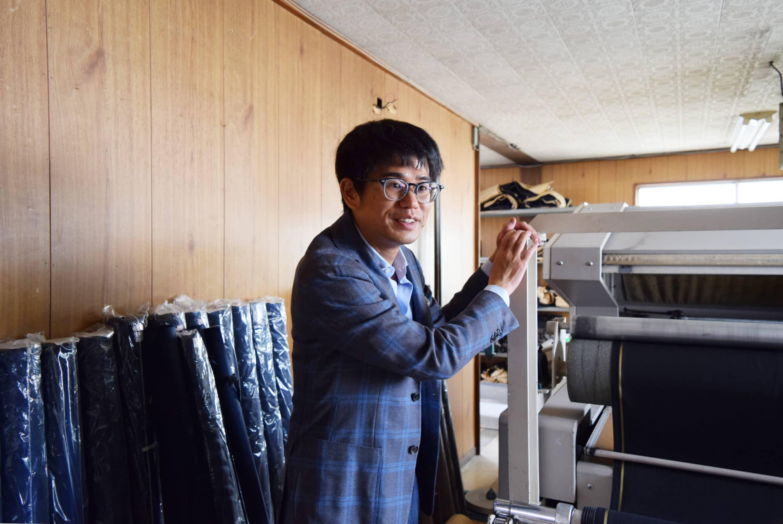 Ring Jacket版房經理為我們介紹砸重金買的拉布機,可以把捲起來很久的布,透過蒸氣拉直燙平,方便裁剪師對布花剪布